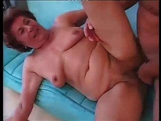 युवक के साथ हार्ड गुदा सेक्स में लंबा जर्मन नानी