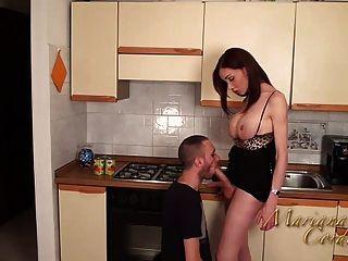 मारियाना कॉर्डोबा रसोई घर में गर्म