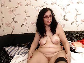 चश्मे में सुडौल बड़ा गधा milf वेबकैम पर स्ट्रिप्स