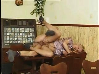 नानी एक मेज पर गड़बड़