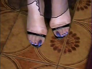 मेरे नग्न और स्टॉकिंग्स में लंबे नीले पैर !!!!!