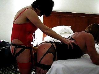 महिला पट्टा पर dildo के साथ उसे गर्म BF fucks