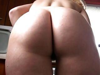 नंगे पांव और रसोई घर में नग्न