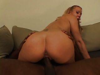 दिलेर स्तन के साथ सुनहरे बालों वाली वेश्या उसके घुटनों पर ठग मुर्गा बेकार है