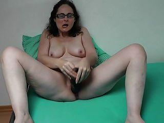 उसके विशाल dildo के साथ जर्मन एमआईएलए प्लेइंग