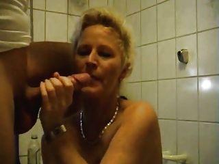 पत्नी उसे तंग गधे के साथ खेलता है