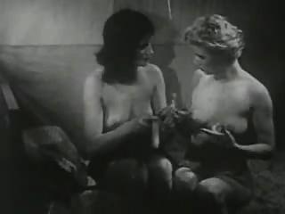 dildo के साथ खेल विंटेज लड़कियों।