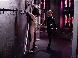 लेटेक्स पहने उसके दास डिक के साथ Misstress लोलिता बेवकूफ बना चारों ओर