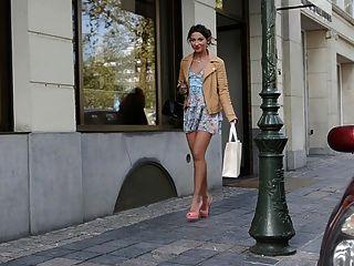 उच्च ऊँची एड़ी के जूते और पोशाक में किशोर खरीदारी सार्वजनिक (+ एशियाई महिला)