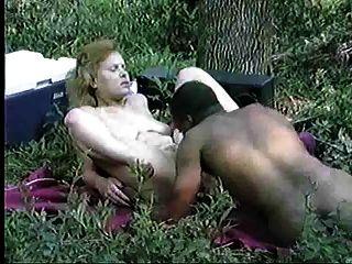 अंतरजातीय जोड़े जंगल में होने सेक्स