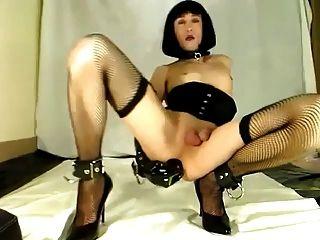 सेक्सी crossdresser बड़ा dildo के साथ अकेले निभाता है