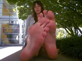 लंबे पैर की उंगलियों और तलवों