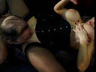 बिग Titty मिस्टी अच्छा उपयोग करने के लिए उसके स्तन डालता है