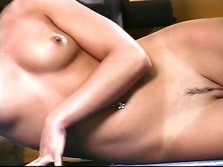 दिलेर स्तन के साथ सेक्सी श्यामला वजन मशीन पर बाहर काम करता है