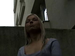 सुनहरे बालों वाली लड़की उसके स्तन से पता चलता है और नकदी के लिए एक handjob देता है!