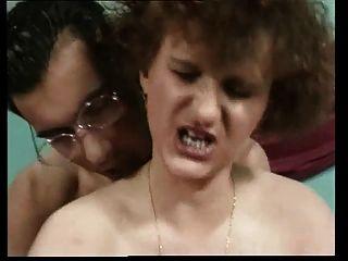 अच्छा शरीर, बदसूरत चेहरा, Saggy कूद स्तन के साथ Horney माँ