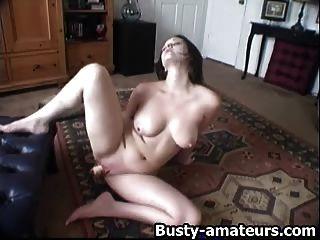 सेक्सी जेनिफर उसे मुंडा बिल्ली toying