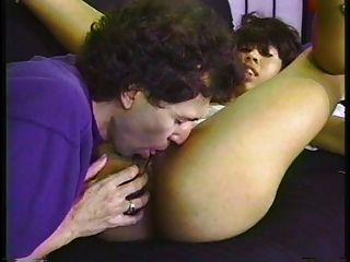 मिठाई युवा काली लड़की सफेद एक futon पर उठा हुआ है