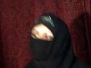 अरब हिजाब लड़की कैम पर खुद से पता चलता है