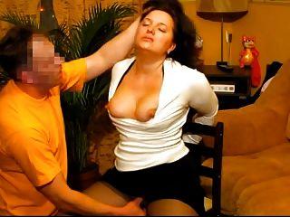 गर्म विनम्र पत्नी के चेहरे उसे रूसी पति द्वारा गड़बड़ हो जाता है