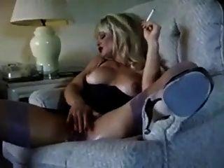 गर्म गोरा कौगर धूम्रपान और diddling