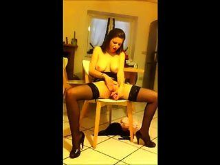 महिला स्ट्रिप्स और खुद के साथ खेलता है, जबकि फिल्माया