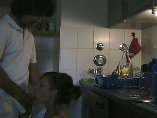 शौकिया जोड़े रसोई में fucks