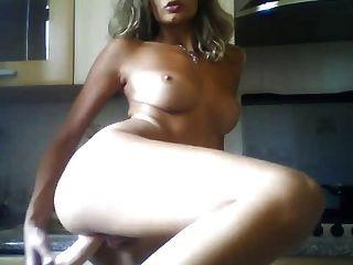 रसोई घर में सेक्स के खिलौने के साथ इतालवी महिला