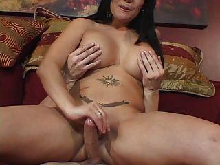 अच्छा दिलेर स्तन के साथ सुडौल सुंदरता आदमी एक हाथ से काम देता है