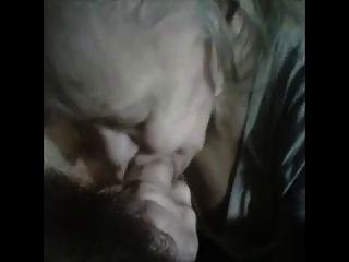 दादी गर्म एक जवान आदमी बेकार