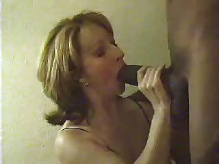 पत्नी और एक बड़ा काला मुर्गा