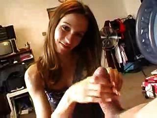 प्रेमिका अच्छा handjob देता है