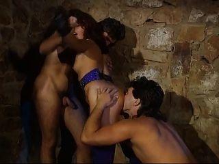 जर्मन मालकिन उसे त्रिशंकु गुलाम unties एक त्रिगुट के लिए है