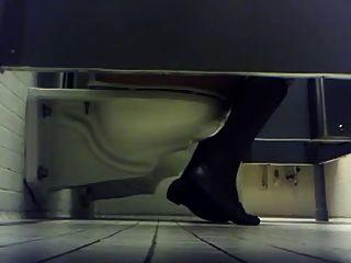 कॉलेज की लड़कियों के लिए शौचालय जासूस