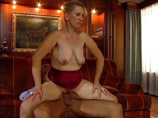 सेक्सी माँ N77 गोरा एक लाल सोफे पर परिपक्व
