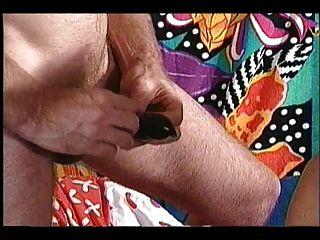 युवा सफेद आदमी के साथ काले दादी विशाल फांसी स्तन
