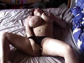 बड़े स्तन और Masturbates के साथ बीबीडब्ल्यू