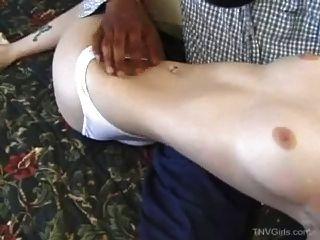 काला आदमी सफेद लड़की undresses (नरम)
