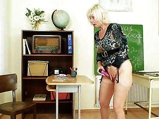 एमआईएलए शिक्षक स्कूल के बाद हस्तमैथुन करने के लिए प्यार करता है