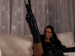 एक आकर्षक श्यामला पर सुंदर सेक्सी काले चमड़े
