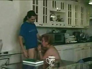 बालों दादी रसोई में युवा लड़के को संतुष्ट