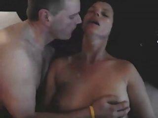 मेरी पत्नी चुंबन बैल उसे fucks के रूप में