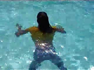 मार्जोरी उसे पूल में गीला हो रही है - आउटडोर