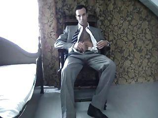 एक सूट में बालों वाले हंक