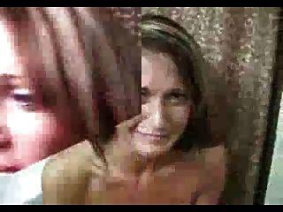 अश्लील शर्त: पुरुष उसके बालों पर cums और वह बाहर flips