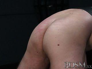 बीडीएसएम XXX चुप hooded दास लड़का क्रूर उपचार प्राप्त करता है