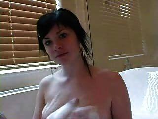 एक बुलबुला स्नान में सुंदर टैटू लड़की