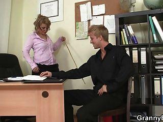 परिपक्व कुतिया के साथ गर्म कार्यालय सेक्स