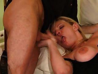 बड़े स्तन गोरा milf त्रिगुट