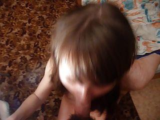 रूसी लड़की माशा उसके मुँह में बड़ा भार ले जाता है।संस्करण काट दिया।